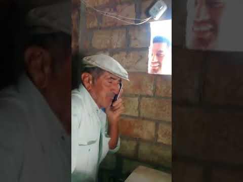 BROMA abuelo cree estar hablando con amante por celular.
