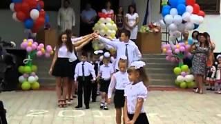 Вальс одиннадцатиклассников и первоклассников