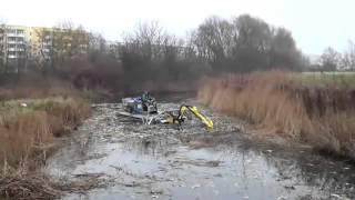 Truxor DM5000(In dem Video sehen sie von uns eingesetzte Schwimmtechnik in der Gewässerunterhaltung. In diesem Falle den TRUXOR DM5000 beim Ausbau des ..., 2016-02-03T12:45:37.000Z)