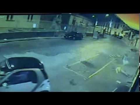 Napoli - Rapinatori uccisi in via Posillipo, il filmato dello scontro -2- (05.09.13)