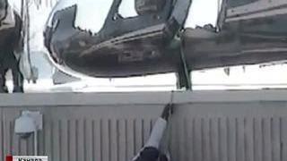В Канаде рассекретили кадры побега из тюрьмы на вертолете(В Канаде опубликовано видео побега из тюрьмы на вертолете. ЧП произошло еще в 2013 году, но кадры были засекре..., 2016-03-17T13:22:07.000Z)
