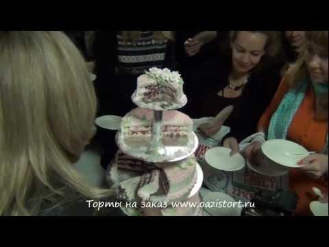 Разрезание свадебного торта.