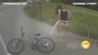 tai nạn gái xinh đi xe đạp mất quần hài vãi