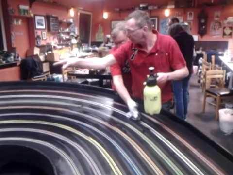 Préparation d'une piste de slot racing pour une course Spayglue