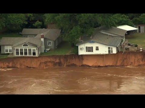 شاهد: فيضانات في أوكلاهوما تترك المنازل معلقة في الهواء…