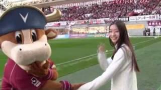 11月27日、2010Jリーグ特命PR部女子マネの足立梨花さんがホームズスタジ...