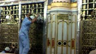 cleaning of Golden cover (Jaali ) of Roza-e Mubarak of Prophet Muhammad (S.A.W) 1/3.mp4