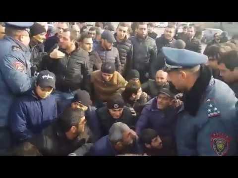 Բախում ոստիկանների և ցուցարարների միջև. Էջմիածնում լարված է