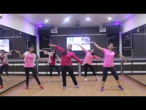 Girls Dancing on Song Kaari Kaari   Pink
