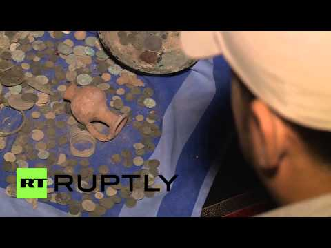 Syria: Fighters trade looted antiquities for AK-47s