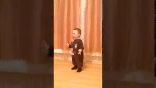 Танцы годовалого малыша, вот кто должен победить в шоу Танцы)))