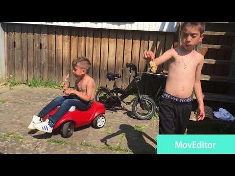 Osman och hans lille bror grillar
