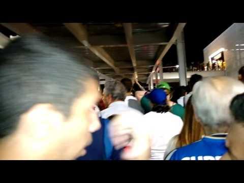 Argentinos cantando a la salida del Estadio Olímpico post Argentina - Portugal