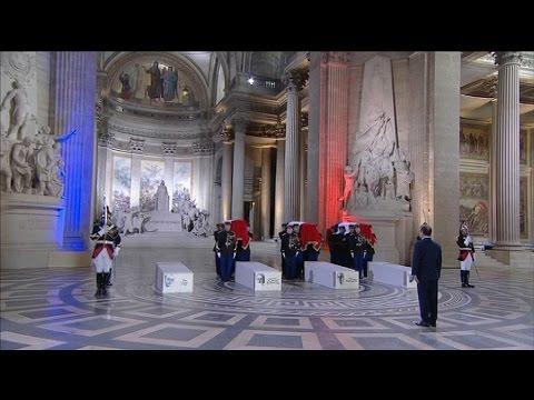 Les cercueils entrent au Panthéon au son du Chant des partisans