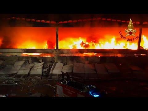 شاهد: حريق هائل في مكب نفايات في ميلانو