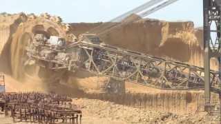 Роторный экскаватор - обвал козырька подуступа. The work walking bucket wheel excavator.