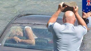 Policías en Nueva Zelanda rescatan a mujer atrapada en un auto sumergido