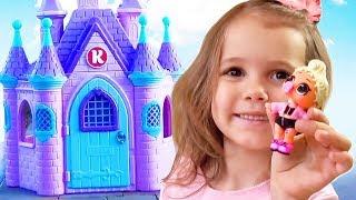 Катя играет с игрушками и огромный домик Принцессы в подарок