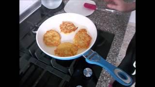 Оладьи из картошки с сыром и перцем и кулич в хлебопечке.