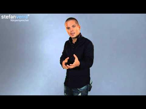 Körpersprache deuten: Handschlag mit beiden Händen