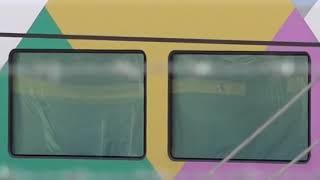 方向幕が「しな鉄」表示で入場の211系、「踊り子」改造で窓にシートが貼られ作業中のE257系が見える、長野総合車両センター。