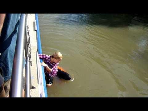 Baťův kanál - skok do řeky