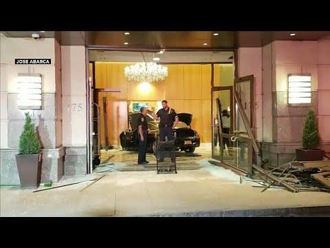 شاهد: سيارة تخترق بهو فندق ترامب بلازا في نيويورك  - نشر قبل 41 دقيقة