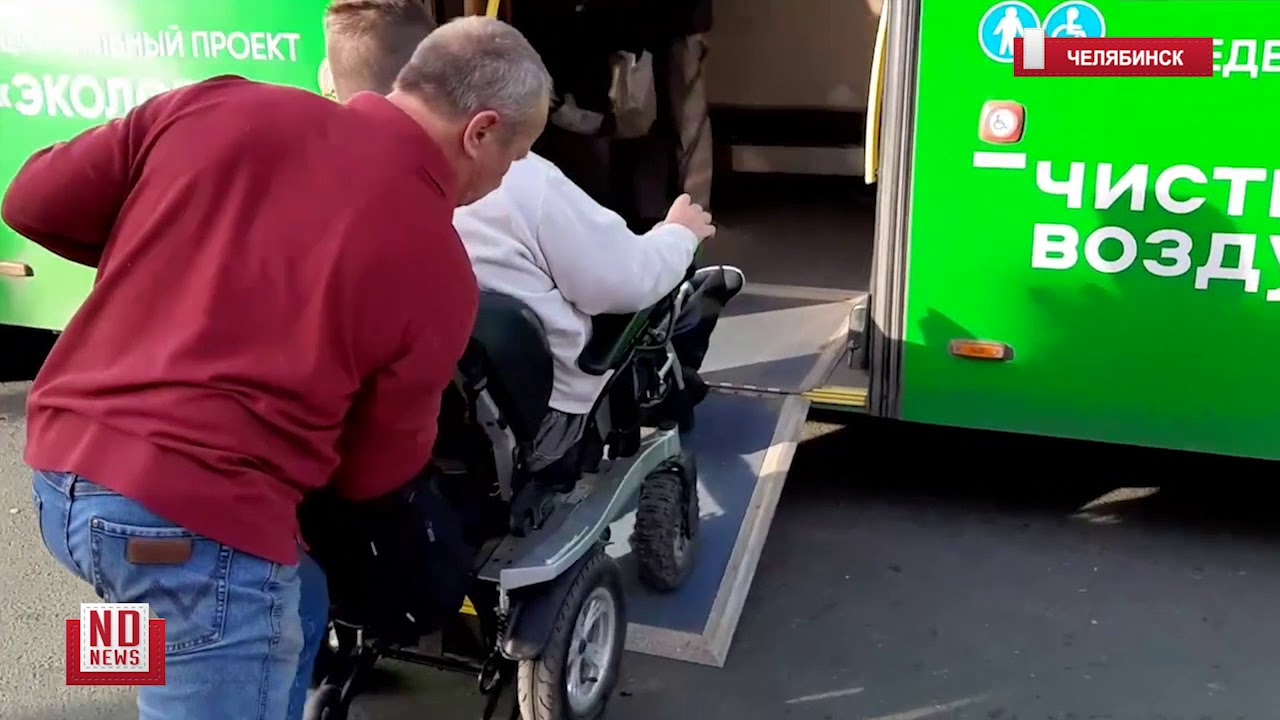 инвалид-колясочник пытается проехать в автобусе
