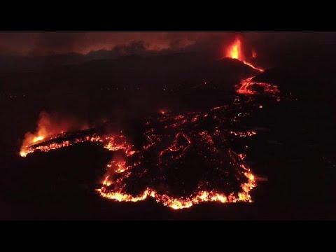 Download La lava sigue avanzando hacia el mar en la Palma mientras el volcán no cesa en su erupción