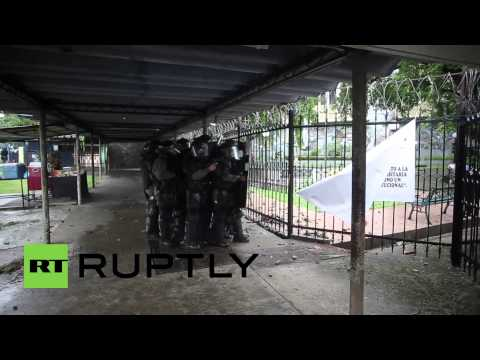 Panama: Students clash with riot police on the streets of Panama City