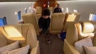 فيديو- ابن محمد رمضان بيلعب في طائرة خاصة