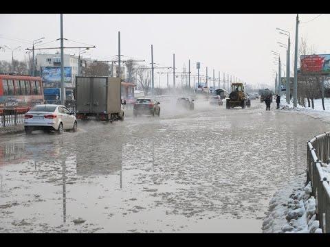 В Казани из-за прорыва трубы затопило дороги и жилой сектор.