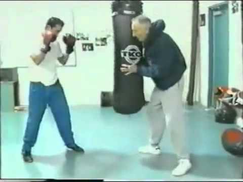 Lecciones de Boxeo Entrenamiento de golpes directos al saco.
