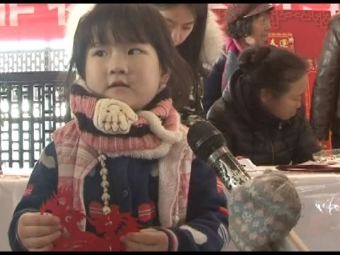 Spring Festival travelers receive heart-warming gifts from local traditional artists