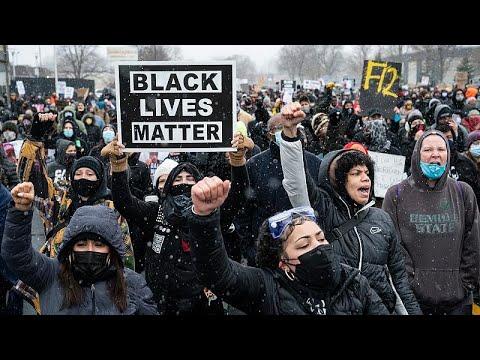 شاهد: تجدد المواجهات بين الشرطة والمتظاهرين في ولاية مينيسوتا الأمريكية عقب مقتل شاب أسود …  - 15:58-2021 / 4 / 14