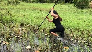 Download Video Unbelievable Girl Spearfishing defeated by a MONSTER Fish MP3 3GP MP4