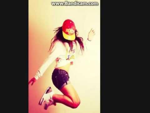 А девочка танцует, а девочка смеется......
