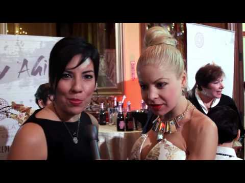 Anne McDaniels at the Celebrity Connected gifting suite talks to BeBe & Bella.
