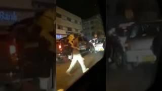 نزهة بصحبة أسد في وسط العاصمة الباكستانية