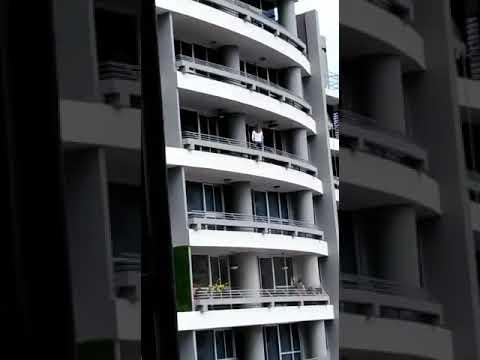 Los Anormales - Chica cae de piso 27 mientras se tiraba un SELFIE
