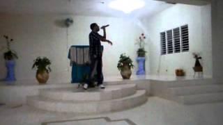 Eurys Hernandez (el predicador del creador) cantando en una iglesia