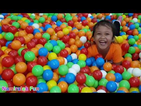 Mainan Anak Naik Odong Odong Lucu Berenang di Kolam Mandi Bola Warna Warni Seru - Balls Pit Show
