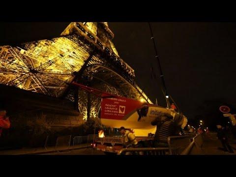 Le monocoque de Tanguy de Lamotte au 1er étage de la Tour Eiffel