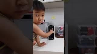 5살의 커피 머신 사용 설명