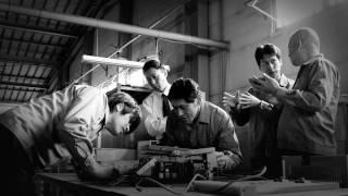 終戦の翌年、創業者羽山昇は1台の謄写版印刷機を手にし、家計と学費を賄...