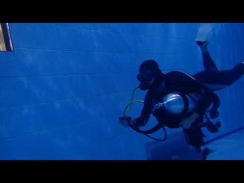 01252017 U/W swimming with holding a SCUBA tank linked with SCUBA set-Chia-Hung