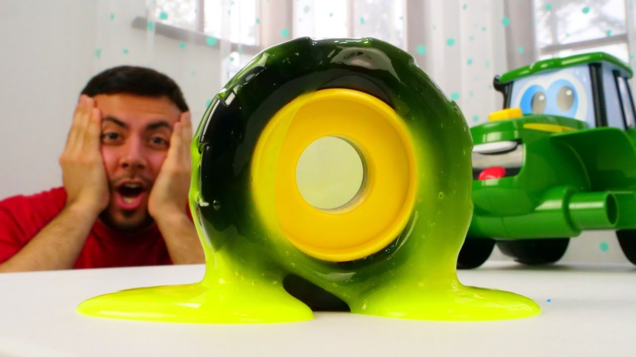 Johnny traktörün tekerleğine slime bulaşmış. Pepee ile oyuncak araba tamircilik oyunu