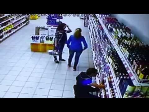 Падение стеллажа с водкой в магазине Магнит