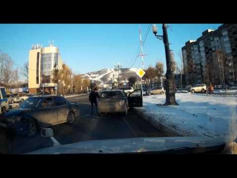 Виновник ДТП пытался убежать от сотрудников ГИБДД в Южно-Сахалинске