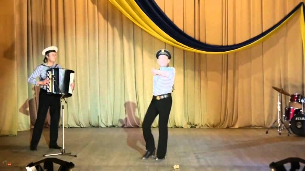 Русские парни зажигают на свадьбе матросский танец